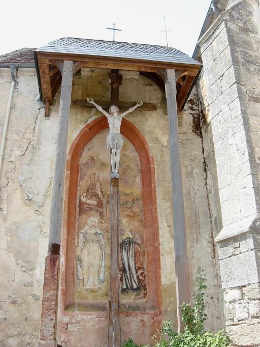 Iconographie à la chaux représentant La vierge Marie et Marie-Madeleine, placé derrière un monumentale Christ en croix de 6 mètre de haut